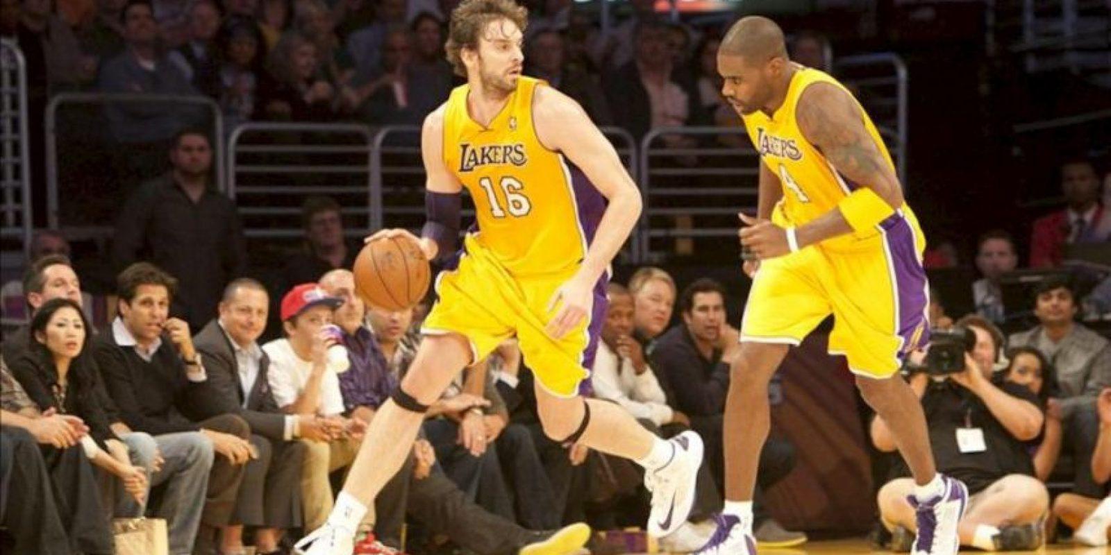 El jugador de los Lakers Pau Gasol (i) controla el balón ante los Pacers este martes 27 de noviembre de 2012, durante el juego de la NBA en el Staples Center de Los Ángeles, California (EE.UU.). EFE