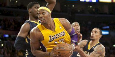 El jugador de los Lakers Dwight Howard (c) disputa el balón con George Hill (i) e Ian Mahinmi (d) de los Pacers este martes 27 de noviembre de 2012, durante el juego de la NBA en el Staples Center de Los Ángeles, California (EE.UU.). EFE