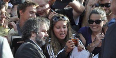 """El director de cine Peter Jackson (centro izda) se fotografía con seguidores a su llegada al preestreno de la película """"The Hobbit: An Unexpected Journey"""" (El Hobbit: Un viaje inesperado) en el Teatro de la Embajada en Wellington (Nueva Zelanda) hoy, miércoles 28 de noviembre de 2012. EFE"""