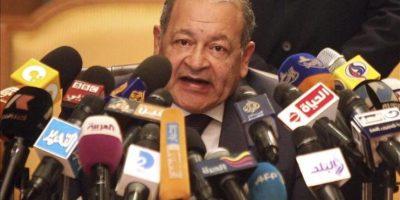 El portavoz oficial del Constitucional, Maher Sami, en una rueda de prensa esta mañana en El Cairo. EFE