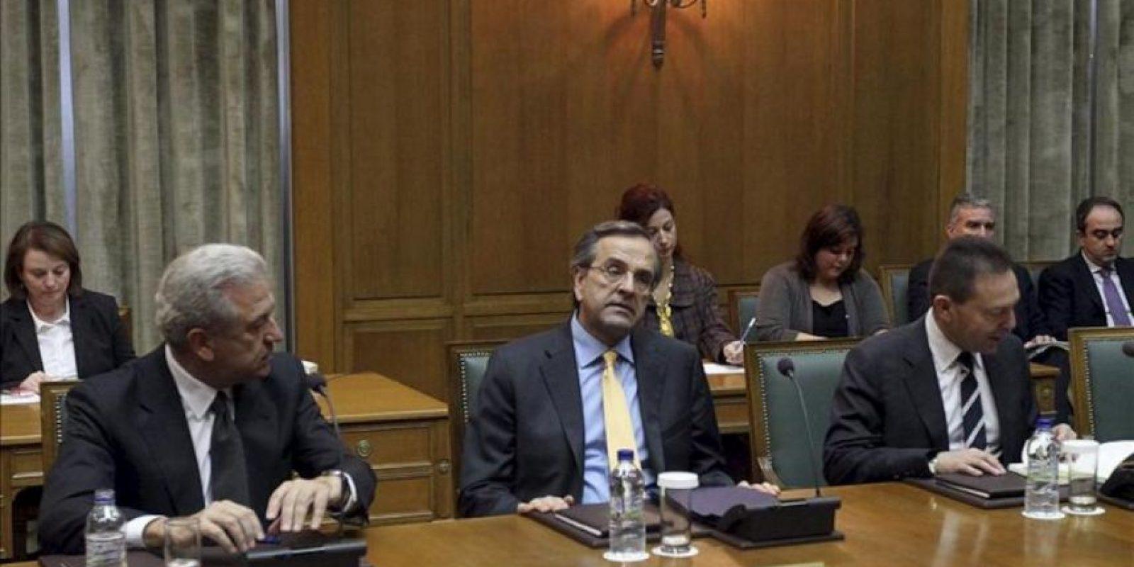 El primer ministro griego Antonis Samaras se reúne con el Consejo de Ministros en el Parlamento de Atenas. EFE