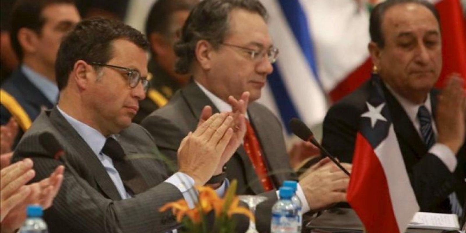 El ministro de Defensa de Chile, Rodrigo Hinzpeter (i) participa en la reunión de ministros de Defensa de la Unión de Naciones Suramericanas (Unasur), en Lima (Perú), en la que aprobarán el Plan de Acción para 2013 del Consejo de Defensa Suramericano (CDS). EFE