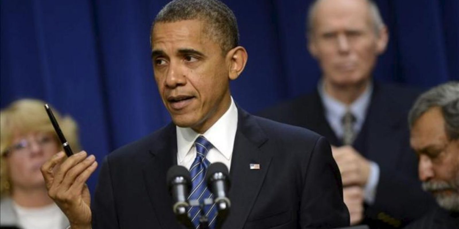 """El presidente estadounidense, Barack Obama (c), pronuncia un discurso, en Washington (EE.UU.), donde pidió a todos los ciudadanos que presionen al Congreso para forzar un acuerdo bipartidista que impida al país caer en el llamado """"precipicio fiscal"""". EFE"""