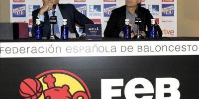 El seleccionador nacional de baloncesto, el italiano Sergio Scariolo (d), junto al presidente de la Federación Española de Baloncesto (FEB), José Luis Sáez, durante la rueda de prensa que ha ofrecido hoy en Madrid. EFE