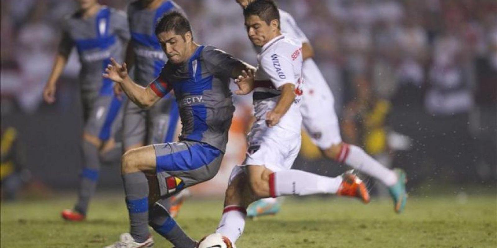 El jugador Osvaldo (d) de Sao Paulo de Brasil disputa el balón con Cristian Álvarez (i) de Universidad Católica de Chile, en el partido de vuelta por las semifinales de la Copa Sudamericana que les enfrentó en el estadio Morumbi de Sao Paulo (Brasil). EFE