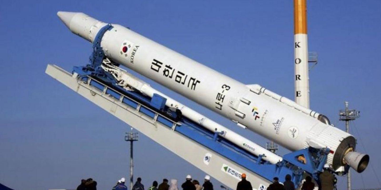 Imagen distribuida por el Instituto de Investigación Aeroespacial surcoreano hoy jueves 29 de noviembre de 2012 que muestra el cohete surcoreano Naro-1 (KSLV-1), en Goheung, Corea del Sur, ayer. El lanzamiento del Naro-1 (KSLV-1) ha sido pospuesto. EFE