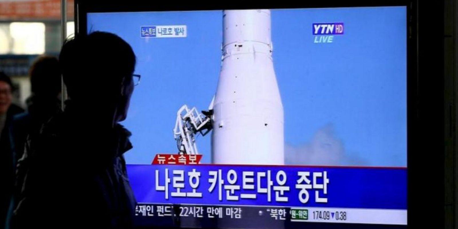 Un hombre surcoreano observa la retransmisión de la suspensión del tercer intento del lanzamiento de su cohete Naro-1 (KSLV-1), en Seúl, Corea del Sur, hoy jueves 29 de noviembre de 2012. El lanzamiento del Naro-1 (KSLV-1) ha sido pospuesto de nuevo debido a un nuevo problema detectado en la lanzadera espacial. EFE