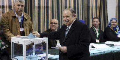 El presidente argelino, Abdelaziz Bouteflika (c) introduce su voto en la urna de un centro electoral para las elecciones locales, en Argel, Argelia. EFE