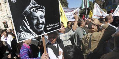 Palestinos portan un cartel con la fotografía del histórico dirigente palestino Yaser Arafat durante una congregación en apoyo del reconocimiento de Palestina como Estado observador por parte de la ONU. EFE
