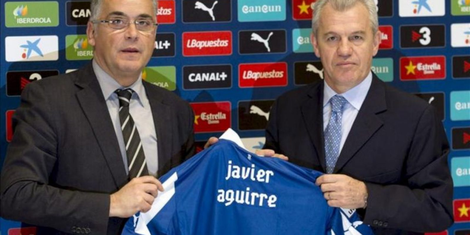El presidente del RCD Espanyol, Joan Collet (i), junto al mexicano Javier Aguirre durante la rueda de prensa de presentación de Aguirre como nuevo entrenador del club blanquiazul. EFE