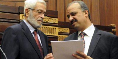 El presidente de la asamblea constituyente egipcia, Hosam al Gariani (i), habla con un miembro del partido Libertad y Justicia (FJP) Mohamed el Beltagy, poco antes de la votación para el borrador de la nueva Constitución de Egipto, en El Cairo, Egipto. EFE