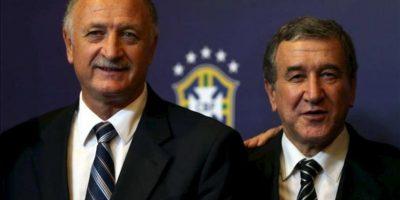 El nuevo seleccionador nacional brasileño, Luis Felipe Escolari (i), posa con el nuevo coordinador técnico de Brasil, Carlos Alberto Parreira (d), en una rueda de prensa este 29 de noviembre, en Río de Janeiro. EFE