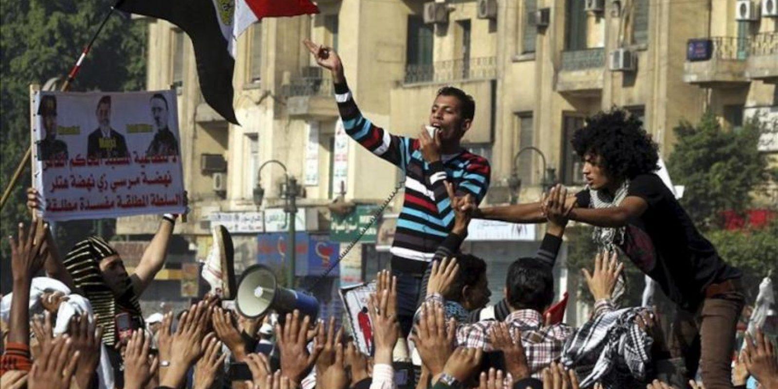 Opositores egipcios se manifiestan contra el presidente, Mohamed Mursi, por emitir hoy una declaración constitucional para blindar sus poderes ante la Justicia, en El Cairo. EFE