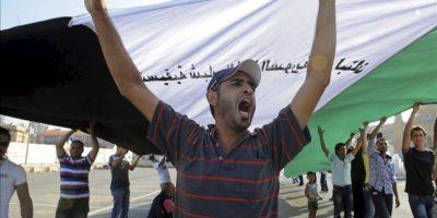 Manifestantes ondean banderas y gritan consignas durante una protesta en contra del régimen de Siria en la Plaza de los Mártires en Beirut, Líbano. EFE/Archivo