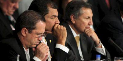 En la imagen, el presidente de Ecuador, Rafael Correa (c), y su canciller, Ricardo Patiño (i), participan en la cumbre del Mercosur. EFE/Archivo