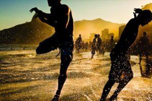 """Lo mejor de mi país: 'Alegria e arte…' Al fotógrafo freelance de 23 años Filipe Costa le gusta pasar su tiempo en Ipanema, en Río de Janeiro, Brasil. Como parte de un proyecto en curso, toma fotos de la gente en la playa. Un día, tomó la foto de unos niños jugando fútbol en medio de las olas. """"Eso es realmente lo que sentimos cuando estamos en la playa"""" –explicó– """"pienso que la foto contiene mucho sentimiento"""". Costa dijo que eligió hacer fotos en Ipanema porque es una locación clásica, muy querida, que realmente muestra el espíritu de la comunidad. """"Puede ser por el sol"""" –dijo– """"es el lugar ideal para relajarse""""."""