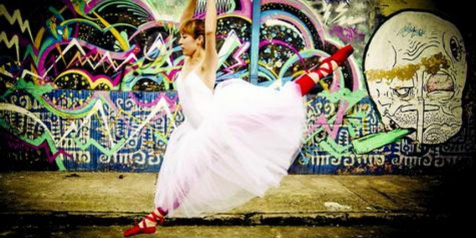 """Mi favorita: 'Libertad urbana' Gabo Gómez decidió pasar una tarde tomando fotos de una amiga bailarina posando frente a un grafiti en el Chorro de Quevedo, en Bogotá. """"Quería mostrar la expresión del arte en un lugar no relacionado con el ballet"""", dijo Gómez. Ambos estuvieron caminando durante un buen rato hasta que decidieron que la pared multicolor era el lugar ideal, ya que representa la manera en la que se hace arte en Bogotá. Mientras el grafiti no tiene los honores que tiene la danza clásica, este analista de computadores de 23 años, aspirante a convertirse en fotógrafo, cree que igual tiene el mismo valor artístico. """"La meta principal era transmitir el mensaje de que no te puedes ensañar en una sola cosa cuando se trata de arte, y que cualquier forma de expresión está permitida"""", dijo."""
