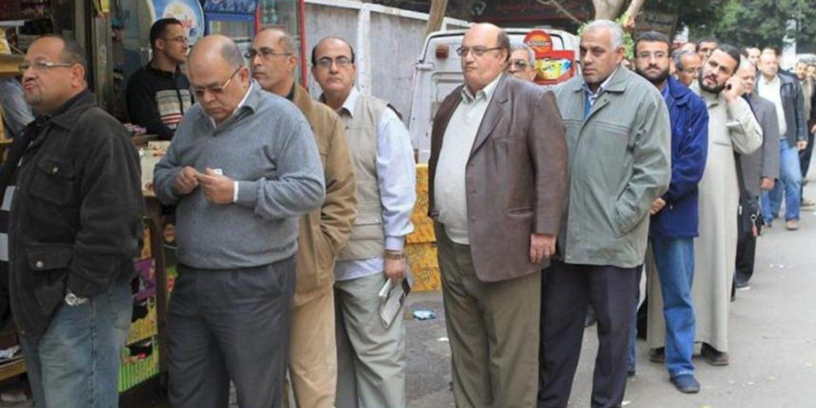 Ciudadanos egipcios esperan su turno para votar en un colegio de El Cairo. EFE