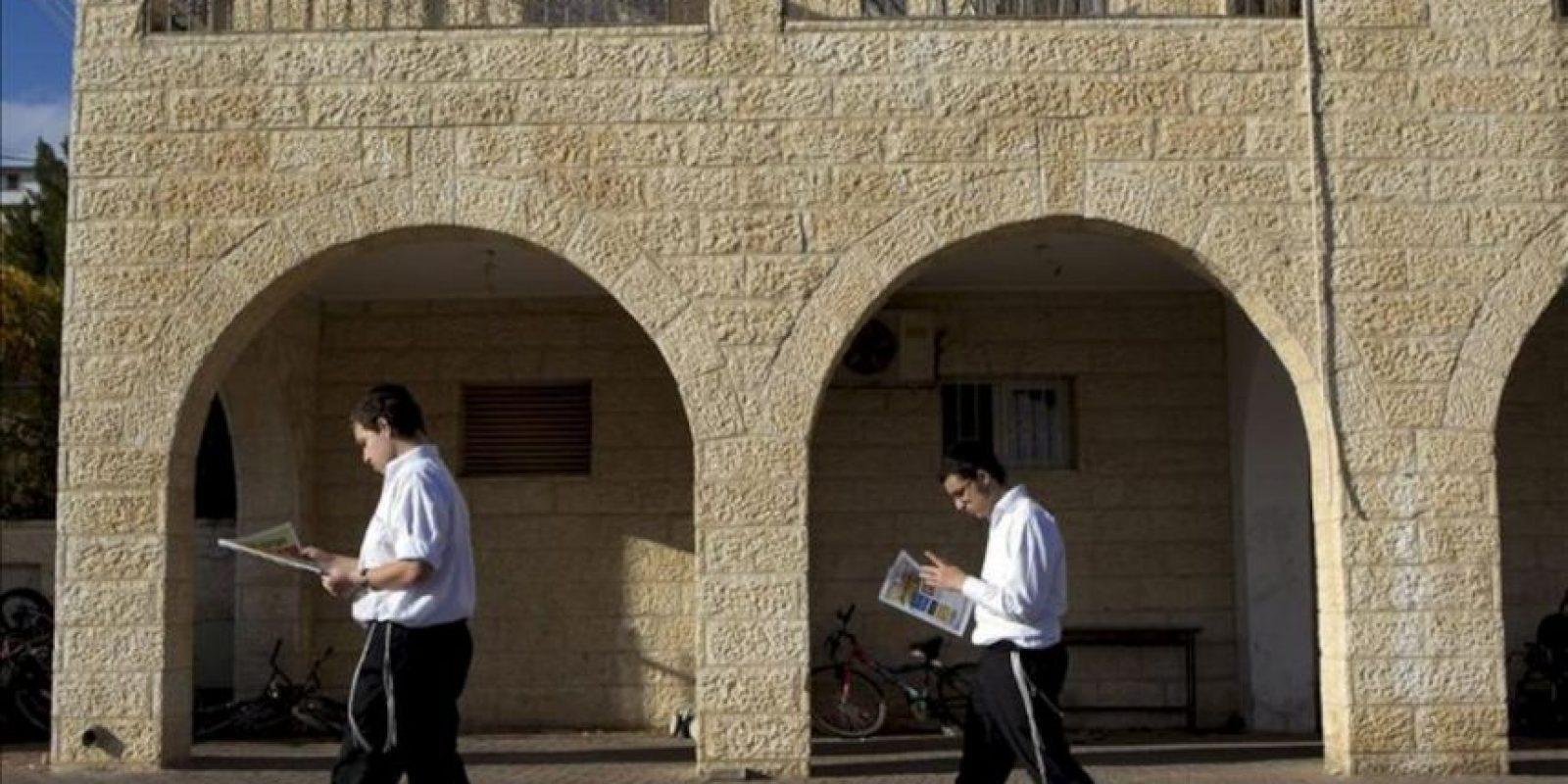 Unos judíos ultraortodoxos leen el periódico mientras caminan por la colonia judía de Ramat Shlomo, considerada parte de Jerusalén Este, Israel, hoy, miércoles 19 de diciembre de 2012. EFE