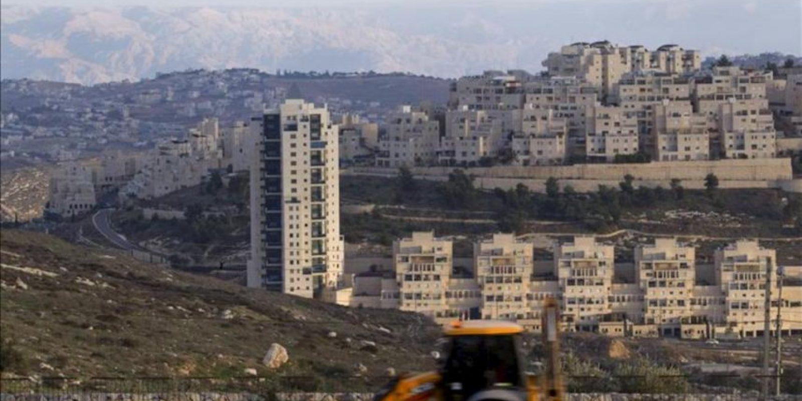 Una excavadora pasa delante del asentamiento de Har Homá, en el sur de Jerusalén, Israel, hoy, miércoles 19 de diciembre de 2012. Israel aprobó hoy la fase final de un proyecto de construcción de 2.600 viviendas en un nuevo asentamiento en Jerusalén Este. EFE