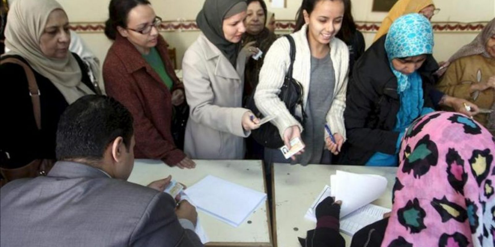Un grupo de mujeres egipcias se dirigen a votar en la segunda vuelta del referéndum sobre la nueva constitución egipcia, hoy en un colegio electoral en Giza, Egipto. EFE