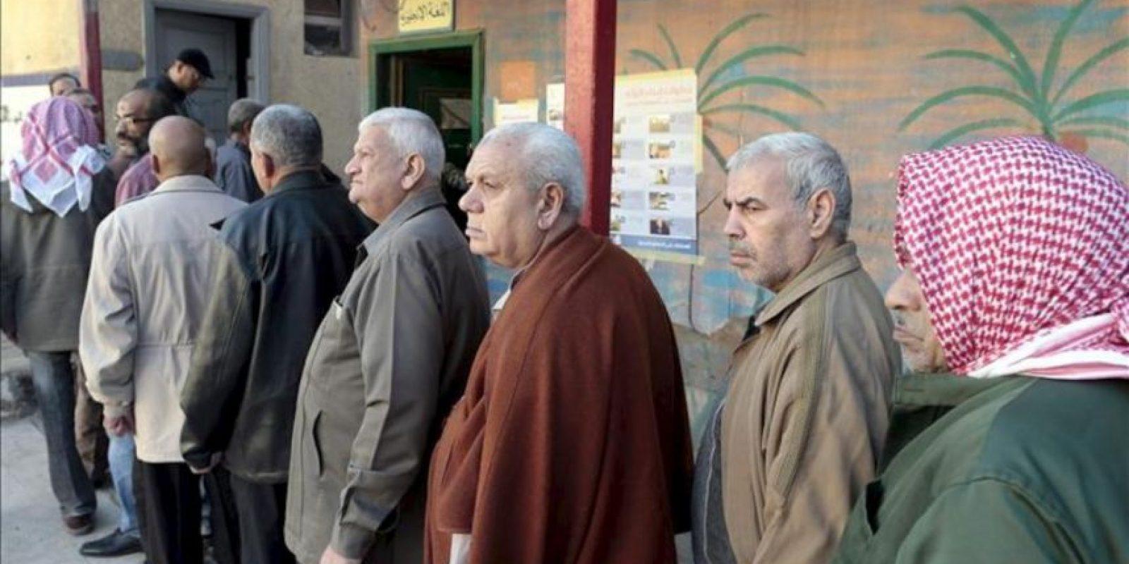 Hombres egipcios esperan en fila para votar durante la segunda vuelta del referendum sobre la nueva Constitución, en Giza, El Cairo, Egipto, hoy, 22 de diciembre de 2012. EFE