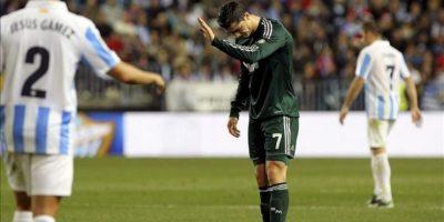 El delantero portugués del Real Madrid Cristiano Ronaldo pide disculpas a sus compañeros tras fallar en una jugada, durante el partido correspondiente a la decimoséptima jornada de liga en Primera División que el conjunto blanco disputó ante el Málaga en el estadio de La Rosaleda. EFE