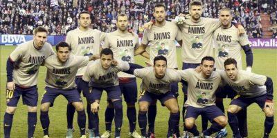 Los jugadores del F.C Barcelona posan con una camiseta de ánimo hacia su entrenador Tito Vilanova al inicio del partido ante el Real Valladolid, correspondiente a la decimoséptima jornada de la liga en Primera División disputado en el estadio José Zorrilla. EFE