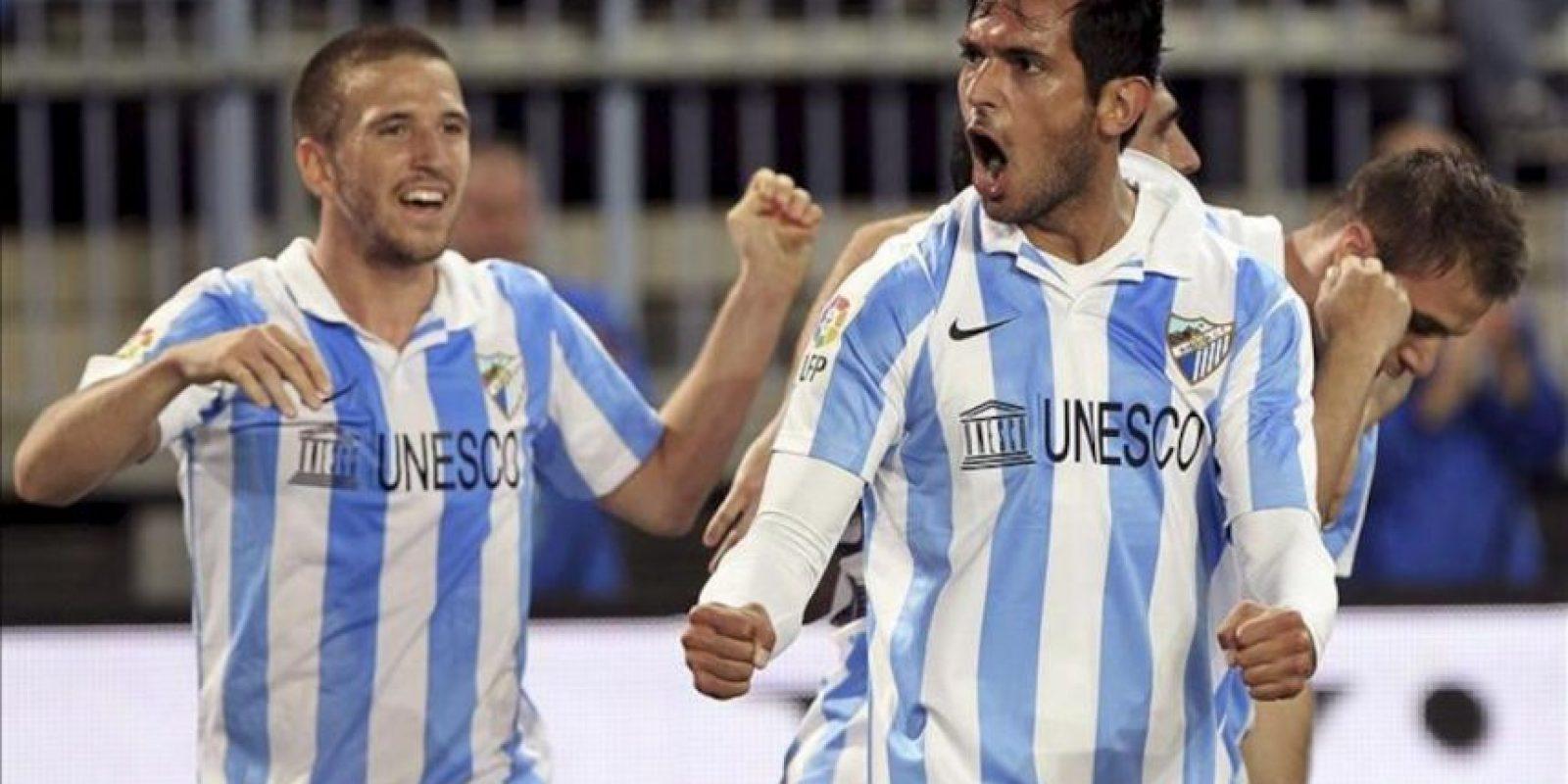 Los jugadores del Málaga, Camacho (i) y el paraguayo Roque Santacruz, celebran uno de los goles del equipo malacitano, durante el encuentro correspondiente a la decimoséptima jornada de primera división, que han disputado frente al Real Madrid en el estadio La Rosaleda de la capital andaluza. EFE