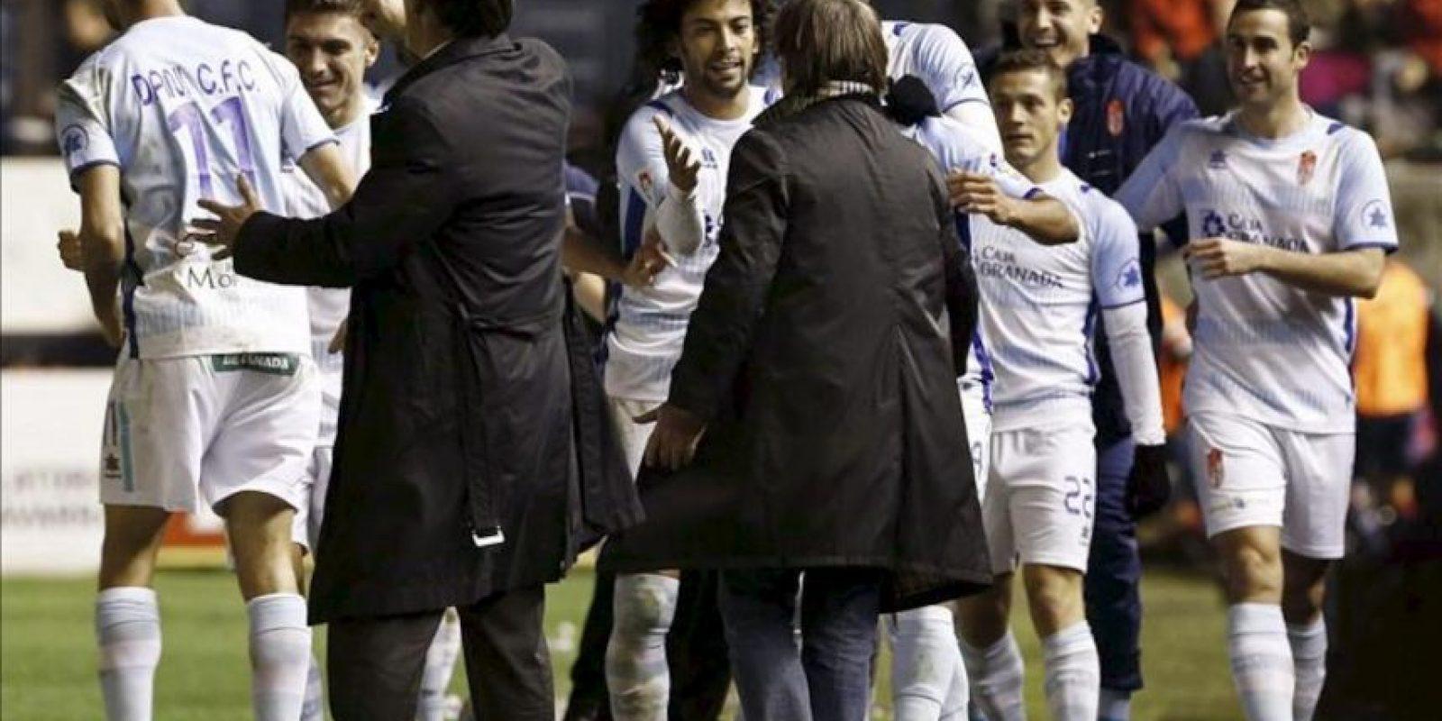 Varios jugadores del Granada celebran con su entrenador Juan Antonio Anquela (5i, de espaldas), el gol conseguido ante el Osasuna durante el partido de la decimoséptima jornada de Liga de Primera División disputado en el estadio Reyno de Navarra. EFE