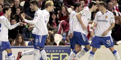 Los jugadores del Real Zaragoza celebran el primer gol del equipo maño en el estadio San Mamés de Bilbao. EFE