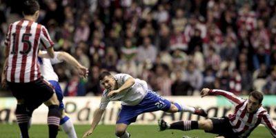 El delantero del Athletic Club Ibai Gómez (d) lucha un balón con el defensa del Real Zaragoza Abraham Minero (2d), durante el partido de la decimoséptima jornada de Liga de Primera División, disputado en el estadio de San Mamés. EFE