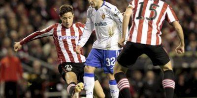El centrocampista del Athletic de Bilbao, Ander Herrera (i), intenta cortar el avance del jugador del Real Zaragoza, Victor (c), durante el encuentro correspondiente a la decimoséptima jornada de primera división en el estadio San Mamés de Bilbao. EFE