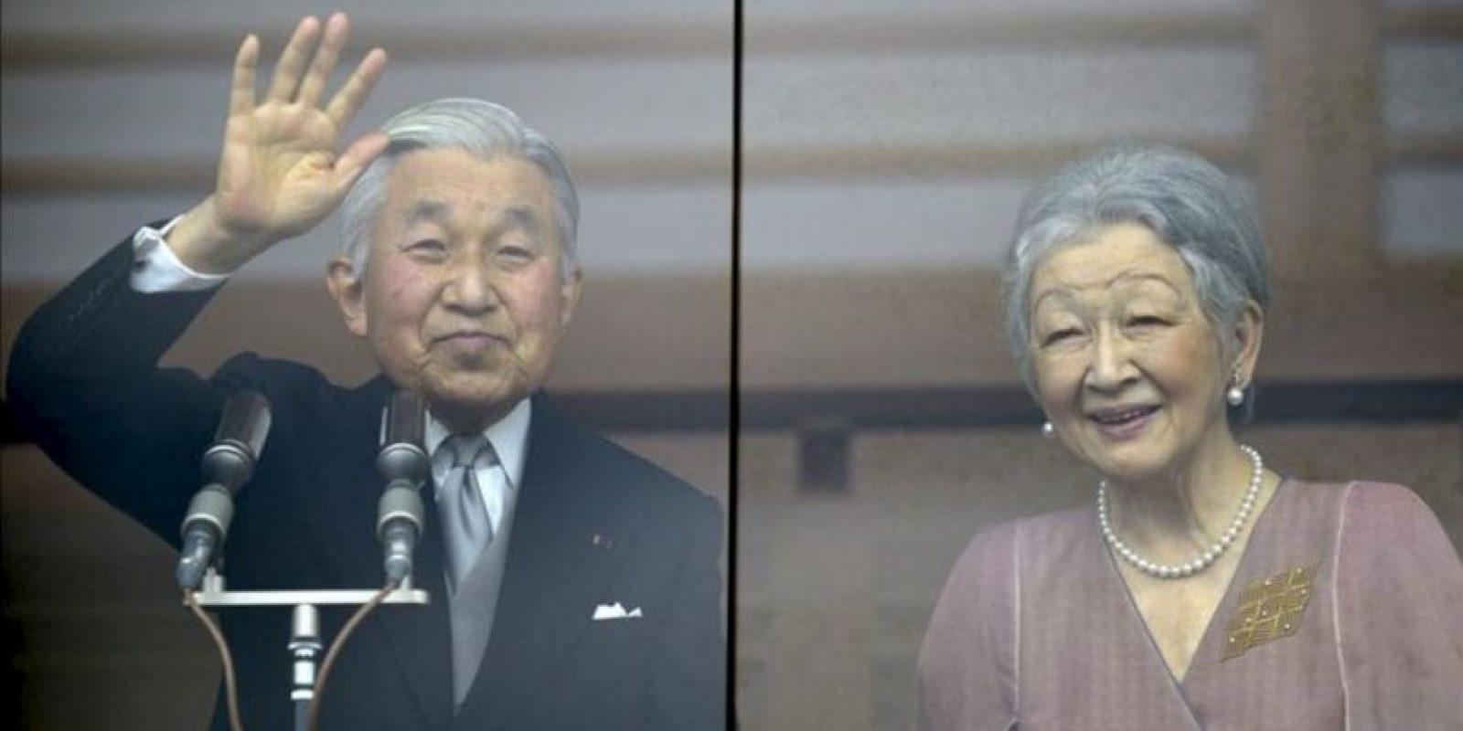 El emperador japonés Akihito, saluda a miles de simpatizantes a través del cristal a prueba de balas del Palacio Imperial en Tokio, junto a la emperatriz Michiko el día de su 79 cumpleaños. EFE