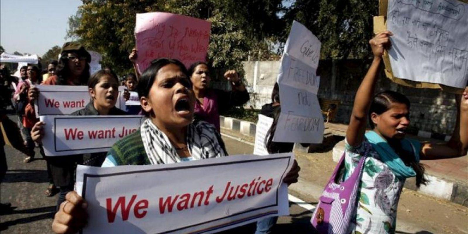 Unas estudiantes indias se manifiestan en Bhopal para pedir mayor seguridad para las mujeres, tras la violación de una joven por seis hombres en un autobús. EFE