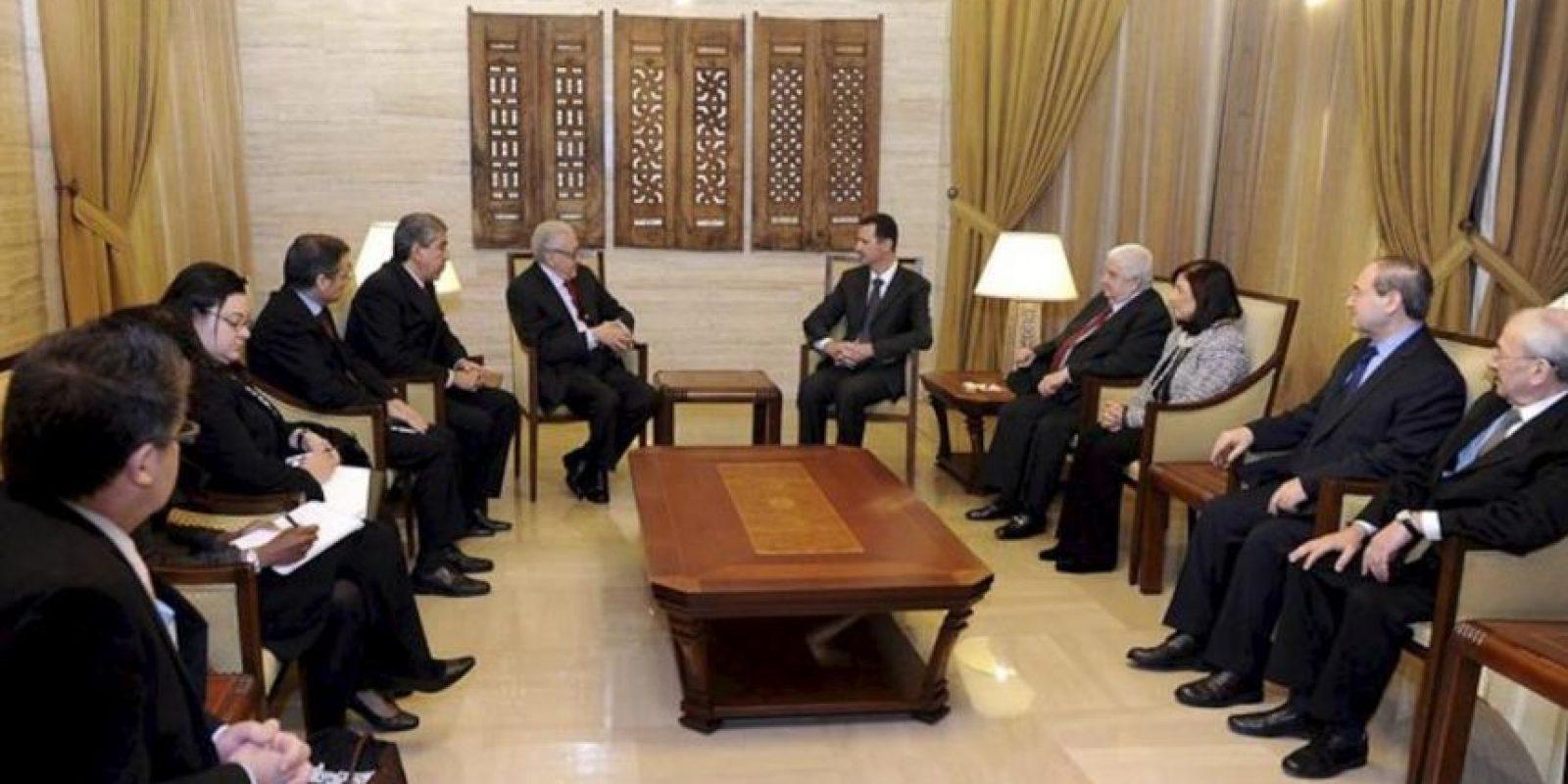 Fotografía distribuida por la agencia estatal siria Sana que muestra al enviado especial de las Naciones Unidas a Siria, Lakhdar Brahimi (C-i), y al presidente sirio, Bachar al Asad (c-d), durante la reunión que celebraron en Damasco, Siria, hoy lunes 24 de diciembre. EFE