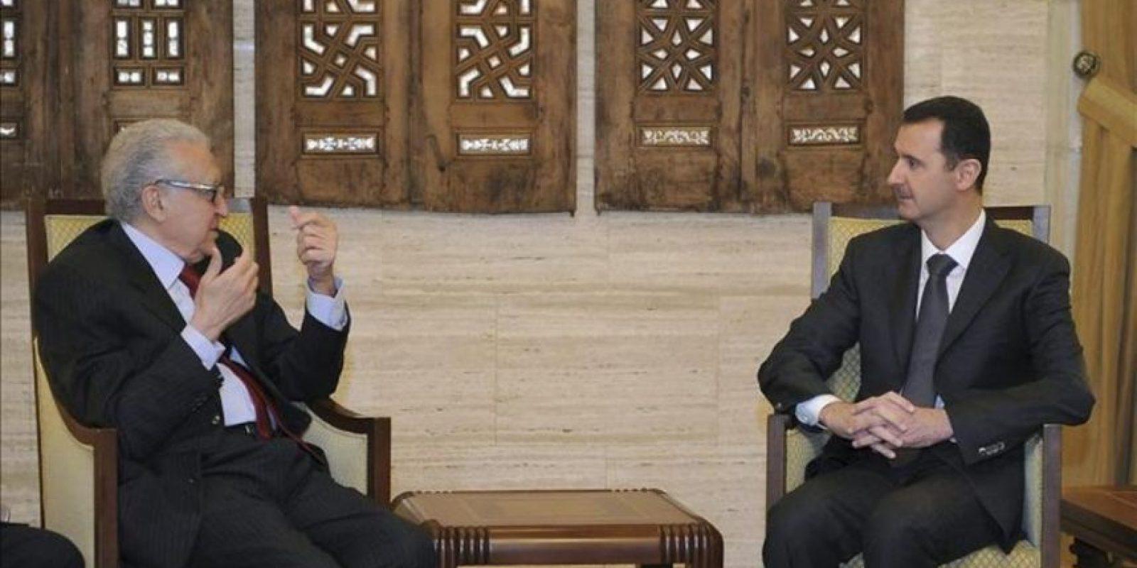 Fotografía distribuida por la agencia estatal siria Sana que muestra al enviado especial de las Naciones Unidas a Siria, Lakhdar Brahimi (i), y al presidente sirio, Bachar al Asad, durante la reunión que celebraron en Damasco. EFE