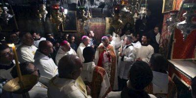 El patriarca latino de Jerusalén, Foud Twal (centro) oficia una misa del Gallo en la Iglesia de la Natividad en Belén, Palestina. EFE