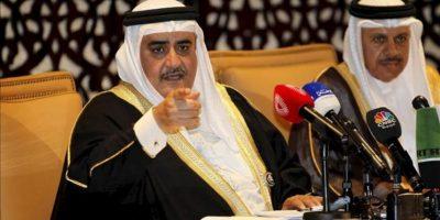 El ministro de Asuntos Exteriores de Bahrein, jeque Jalid bin Ahmed al Jalifa (izda), y el secretario general del Consejo de Cooperación del Golfo (CCG), Abdelatif al Ziani, ofrecen hoy una rueda de prensa tras la cumbre anual de los países de este organismo, en Manama, Baréin. EFE