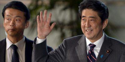 El líder del Partido Liberal Democrático (PLD) y nuevo primer ministro Shinzo Abe (dcha), a su llegada a la residencia oficial del primer ministro tras ser nombrado con ese cargo en la Casa de Representantes en Tokio (Japón) hoy, miércoles 26 de diciembre. EFE