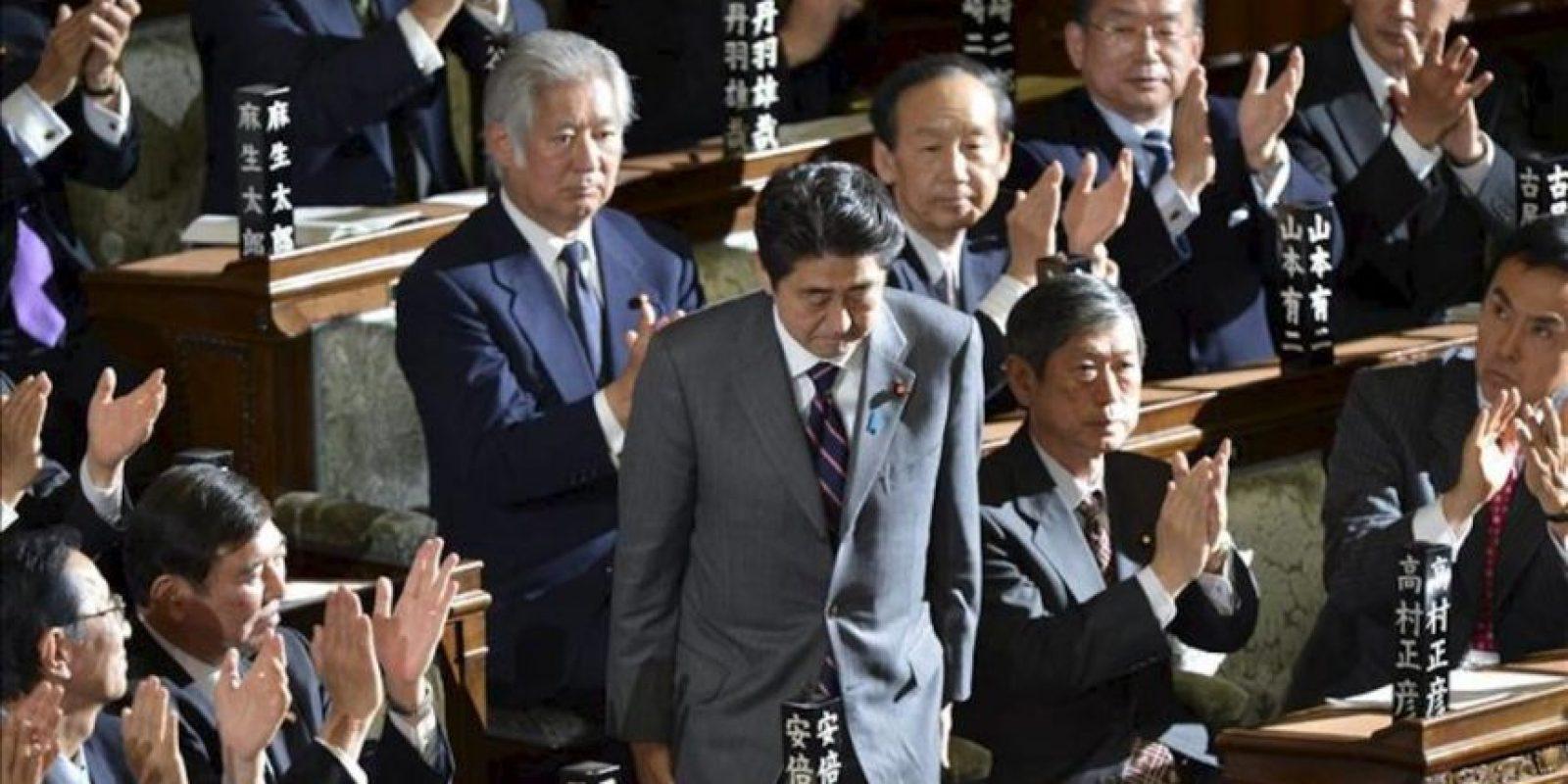 El líder del Partido Liberal Democrático (PLD) y nuevo primer ministro Shinzo Abe (centro), tras ser nombrado primer ministro en la Casa de Representantes en Tokio (Japón) hoy, miércoles 26 de diciembre. EFE