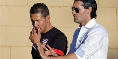 El entrenador del Atlético de Madrid, el argentino Diego Simeone (i), conversa con el director deportivo, José Luis Pérez Caminero. EFE/Archivo