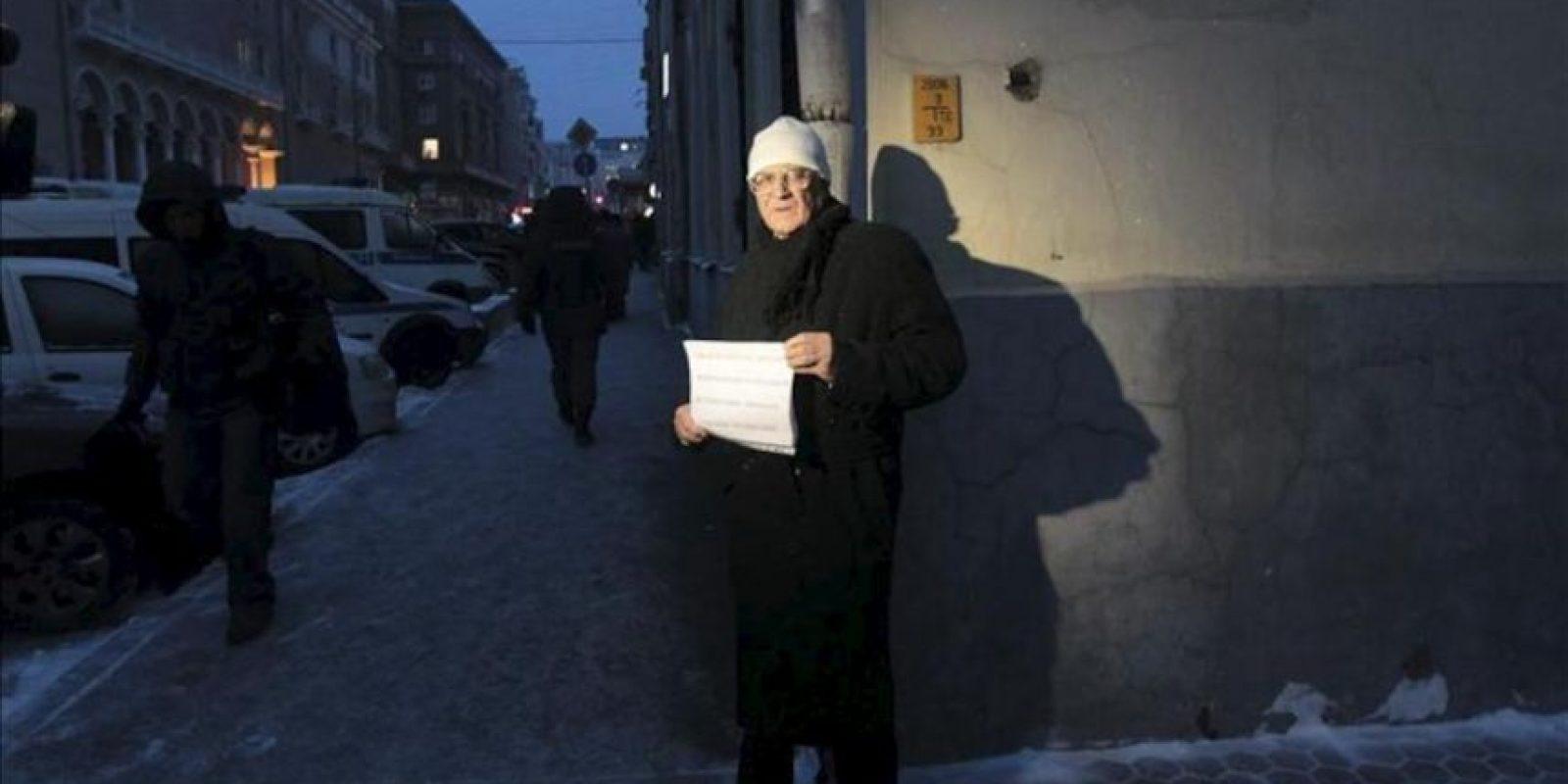 Un hombre protesta contra la prohibición de adopción de huérfanos rusos a ciudadanos americanos a las puertas del Consejo de la Federación en Moscú (Rusia). EFE
