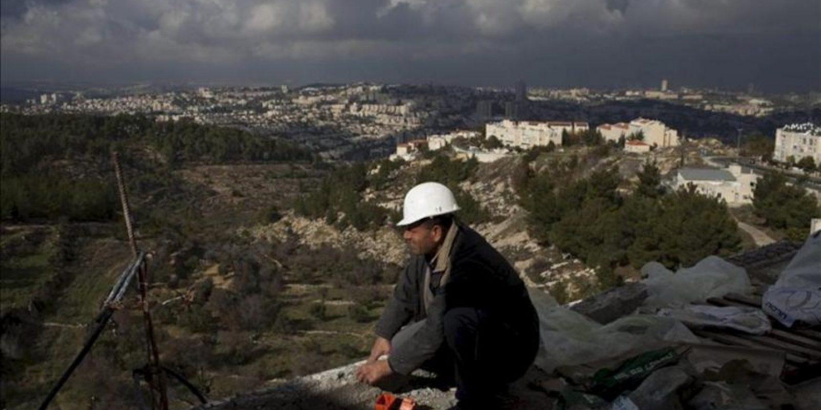 Un palestino trabaja en una obra en el asentamiento judío de Guiló, en Jerusalén. EFE