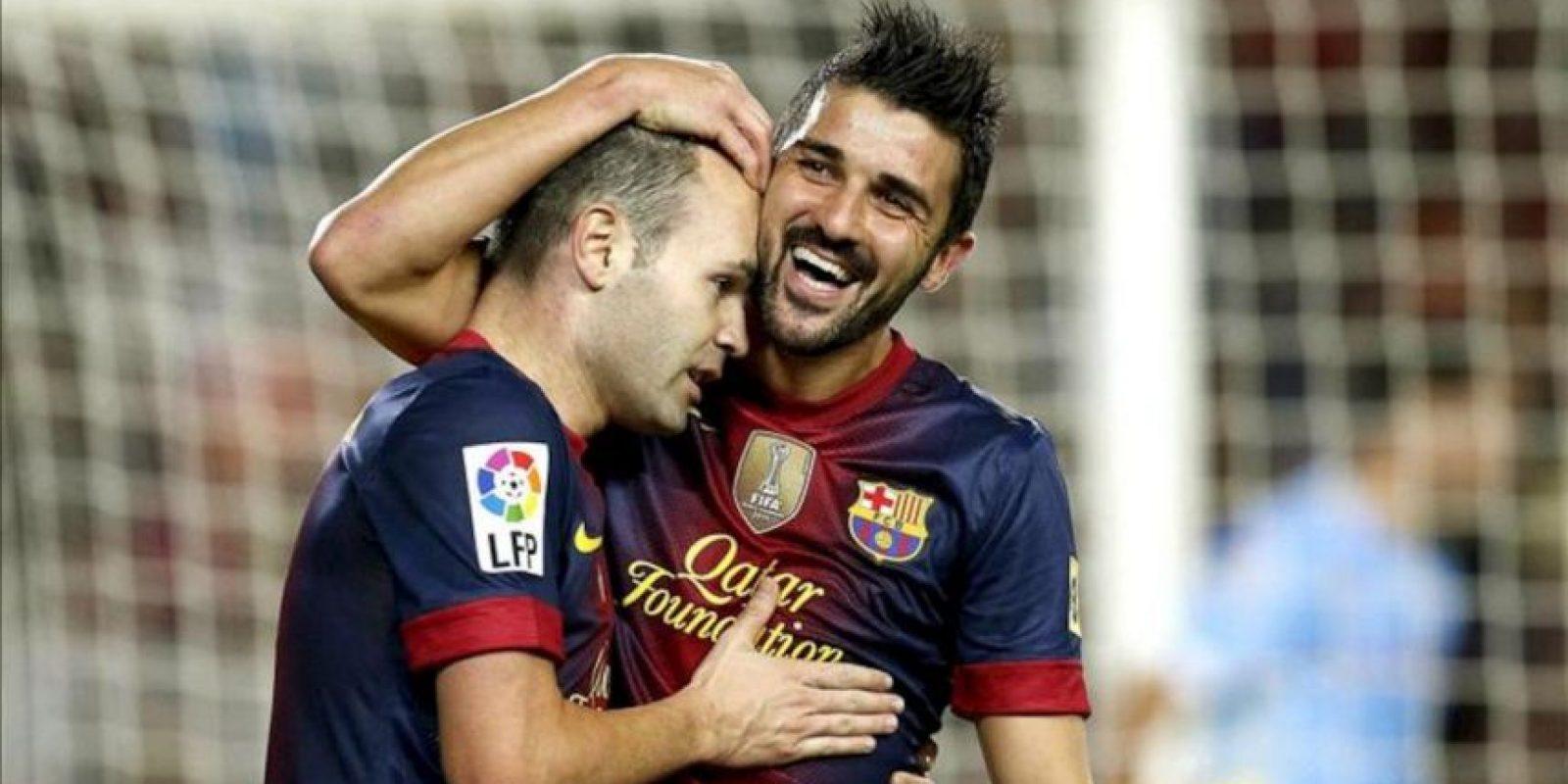 El delantero del Barcelona David Villa (d) celebra con su compañero Andrés Iniesta la consecución del segundo gol de su equipo frente al Celta, correspondiente a la décima jornada de la Liga de Primera División disputado en el estadio Camp Nou. EFE