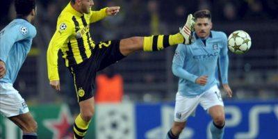 El jugador del Borussia Dortmund Julian Schieber (i) lucha por el balón con Javi García del Manchester City en un partido de Liga de Campeones, en Dortmond (Alemania). EFE/Archivo