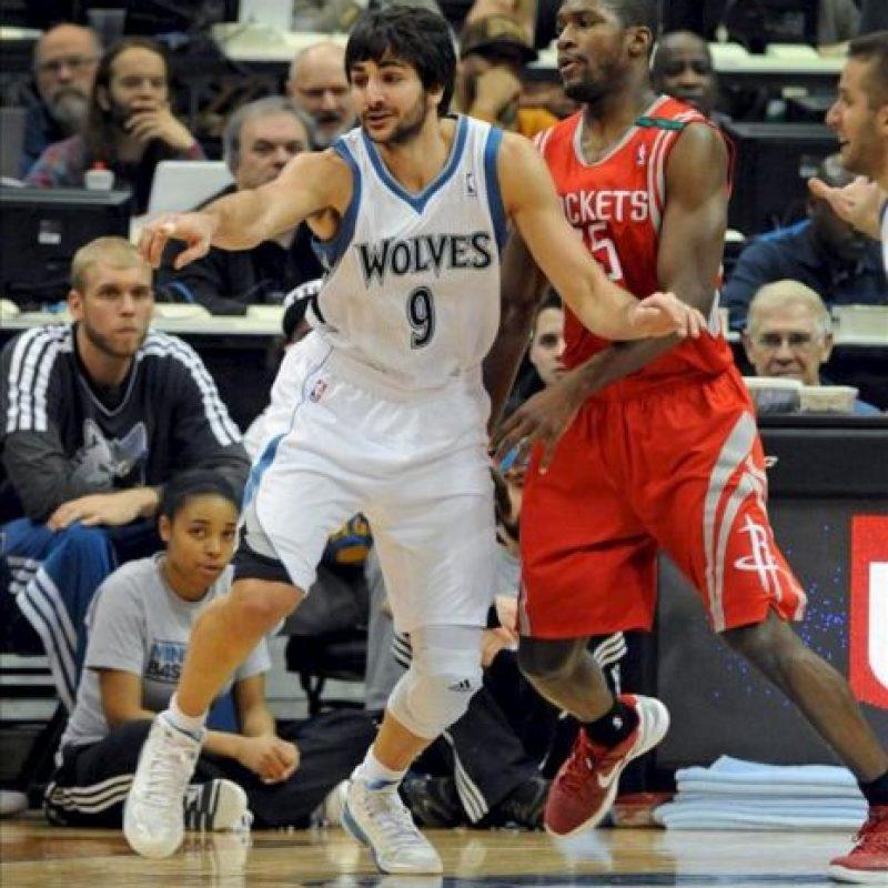El jugador Ricky Rubio (i) de los Timberwolves de Minnesota disputa el balón ante Toney Douglas (d) de los Rockets de Houston, durante su partido de la NBA en el Target Center en Minneapolis, Minnesota (EE.UU.). EFE