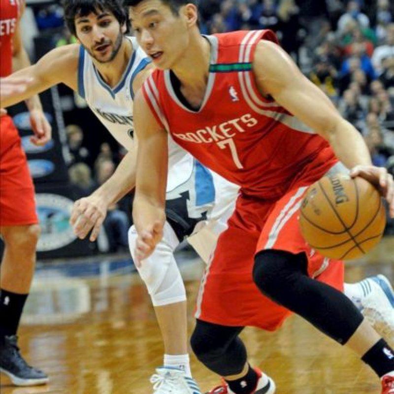 El jugador Ricky Rubio (i) de los Timberwolves de Minnesota disputa el balón con Jeremy Lin (d) de los Rockets de Houston, durante su partido de la NBA en el Target Center en Minneapolis, Minnesota (EE.UU.). EFE