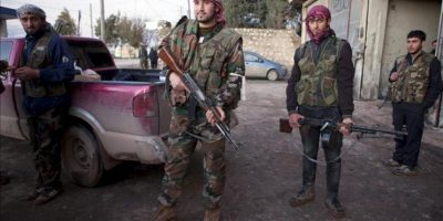 Soldados del Ejército Libre de Siria que participaron en la operación para tomar el control de la base militar Al Mosthat, posan tras dos días de combates en el pueblo de Fafeen, en la provincia siria de Alepo. EFE/Archivo