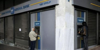 Clientes utilizan cajeros automáticos en una sucursal del Banco Nacional de Grecia, en en centro de Atenas, Grecia. EFE/Archivo